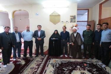 نصرت اله علیرضایی،فرماندار آوج،دیدار،خانواده شهید،آبگرم،هفته دولت